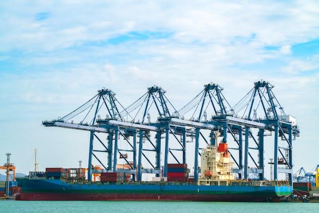 Navio de carga contêiner com guindaste trabalhando ponte de carregamento no estaleiro