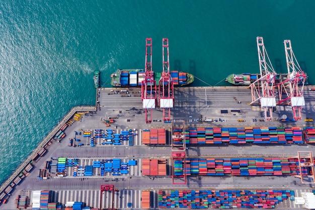 Navio de carga de contêiner de vista superior aérea na logística de negócios de importação e exportação e transporte.