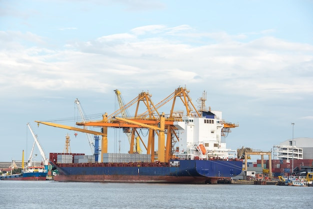 Navio de carga de contêineres industriais com ponte de guindaste funcionando no estaleiro