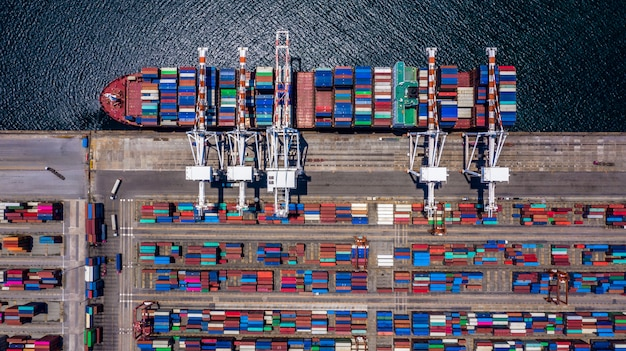 Navio de carga do recipiente aéreo vista superior, descarregando no negócio de exportação de importação