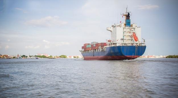 Navio de carga em contêiner totalmente carregado