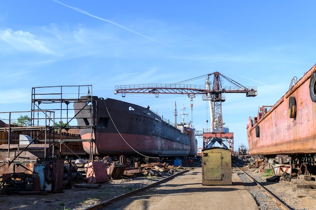 Navio de carga em terra no estaleiro de reparos de navios