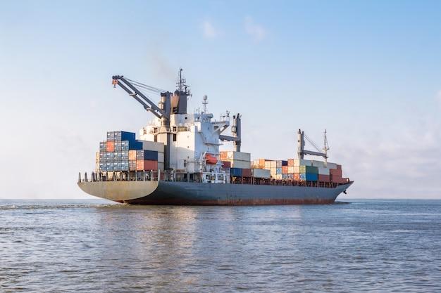 Navio de carga está navegando para o mar para o transporte de carga em contêineres