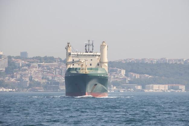 Navio de carga marítima navegando nas ondas