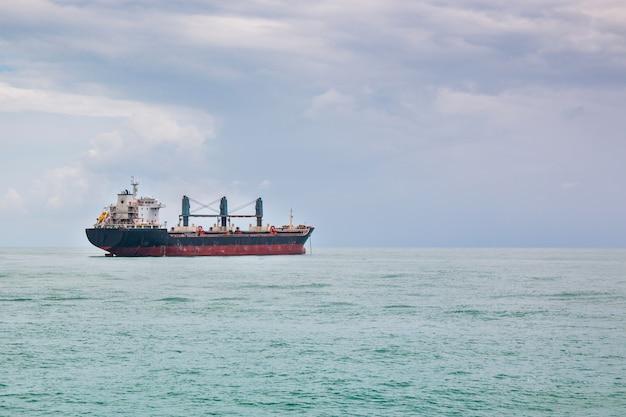 Navio de carga navegando em águas paradas