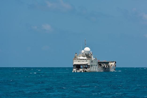 Navio de carga navegando no oceano índico. céu azul claro