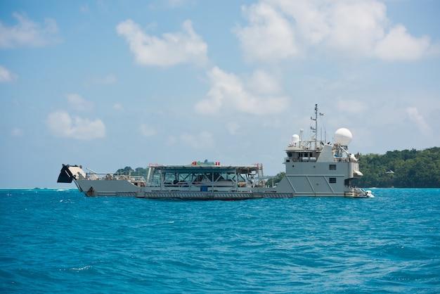 Navio de carga navegando no oceano índico perto das ilhas seychelles