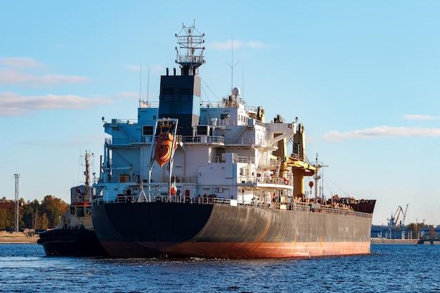Navio de carga negro entrando no porto de riga, europa