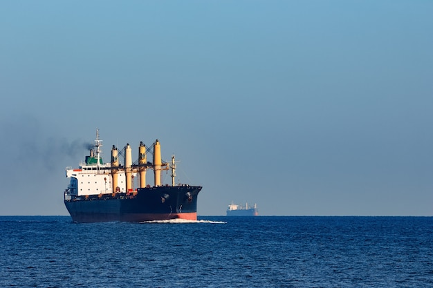 Navio de carga negro navegando do mar báltico