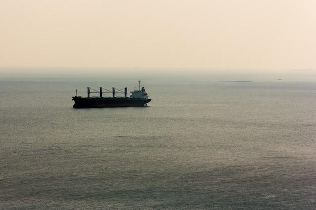 Navio de carga no mar em foco seletivo e calmo