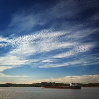 Navio de carga no rio