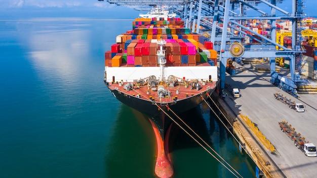 Navio de carga porta-contêiner em logística de negócios