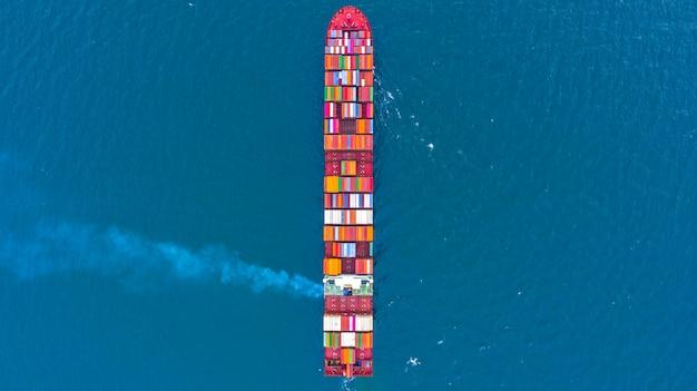 Navio de carga porta-contêineres em logística de negócios no mar
