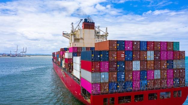 Navio de carga porta-contêineres para importação e exportação de carga comercial.