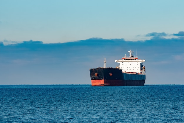 Navio de carga preto em movimento na água do mar báltico. riga, europa