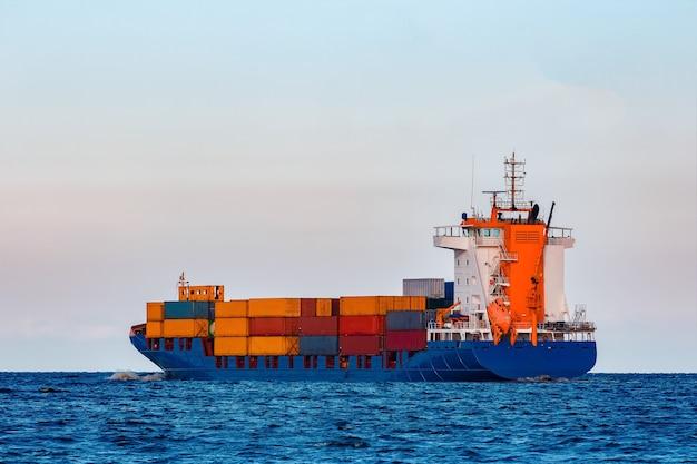 Navio de contêineres azul. logística global e transferência de mercadorias