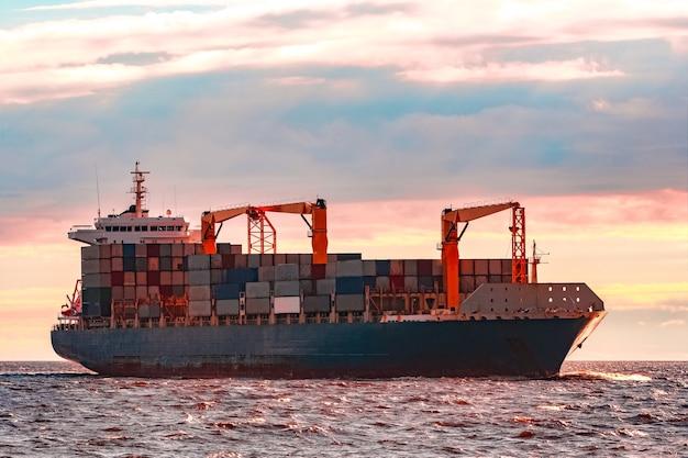 Navio de contêineres azul. logística mundial e transferência de produção