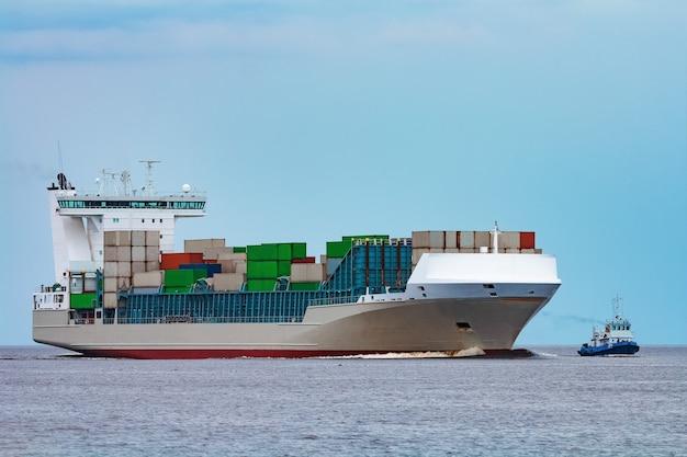 Navio de contêineres cinza. logística e importação de produção