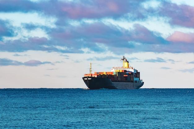 Navio de contêineres preto moderno saindo do mar báltico