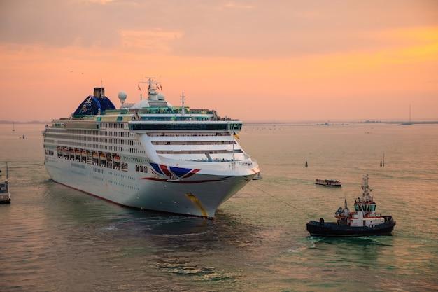 Navio de cruzeiro ao pôr do sol em veneza, itália