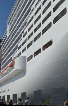 Navio de cruzeiro branco luxo no fundo do céu azul close-up