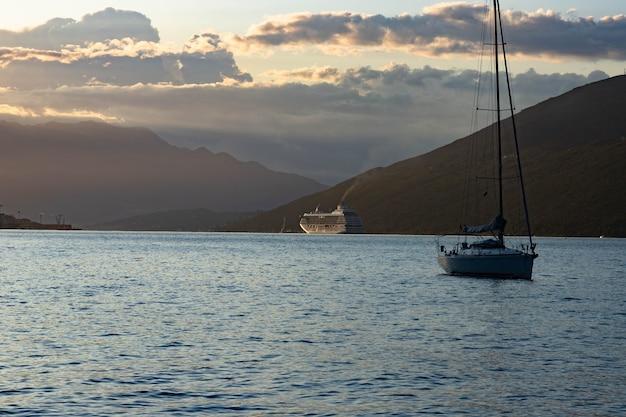 Navio de cruzeiro da classe dawn ao nascer do sol, baía de kotor, mar adriático, montenegro