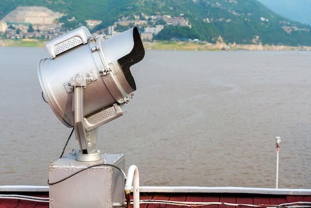 Navio de cruzeiro de luxo e holofote atrás