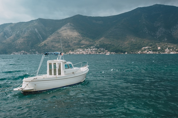 Navio de cruzeiro de luxo na baía de montenegro kotor.