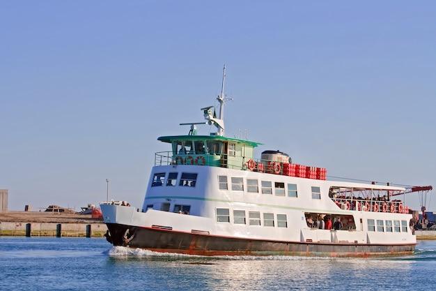 Navio de cruzeiro de passageiros na ilha de murano veneza, itália