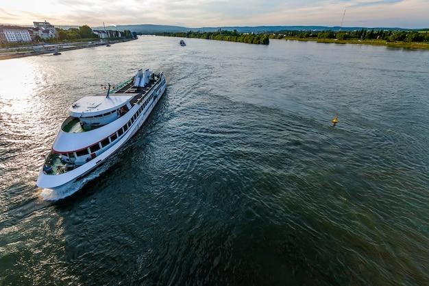 Navio de cruzeiro de passageiros no rio