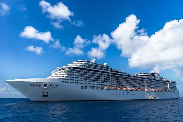 Navio de cruzeiro em águas cristalinas com céu azul