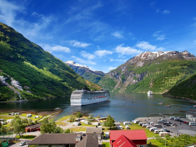 Navio de cruzeiro no fjiord norueguês