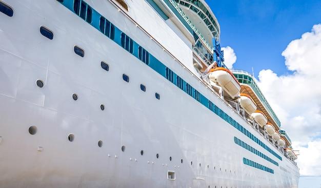 Navio de cruzeiro no porto das bahamas