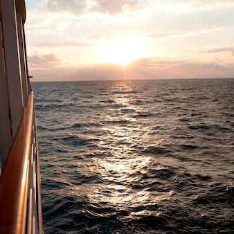 Navio de cruzeiro silver shadow no mar, mar da china oriental