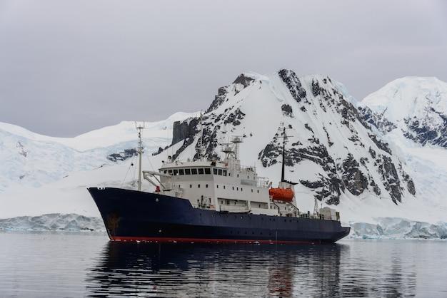 Navio de expedição no mar antártico