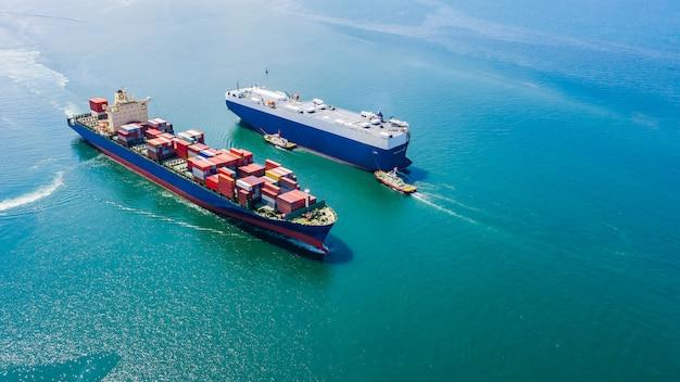 Navio de luxo de negócios carregando carros e contêineres de carga de transporte