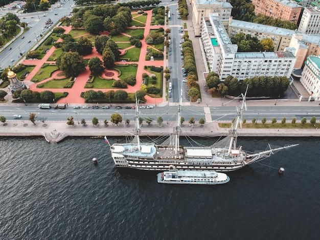Navio de navigação da fragata do vintage de aerialphoto. são petersburgo, rússia. flatley