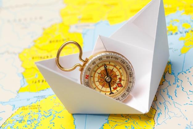 Navio de papel origami em um mapa.