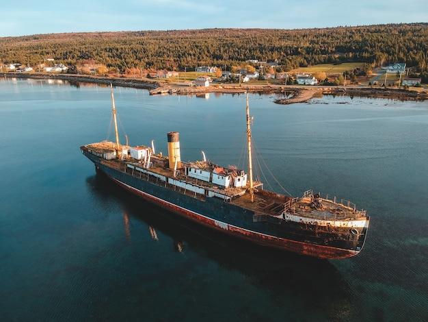 Navio de passageiro azul e marrom na água