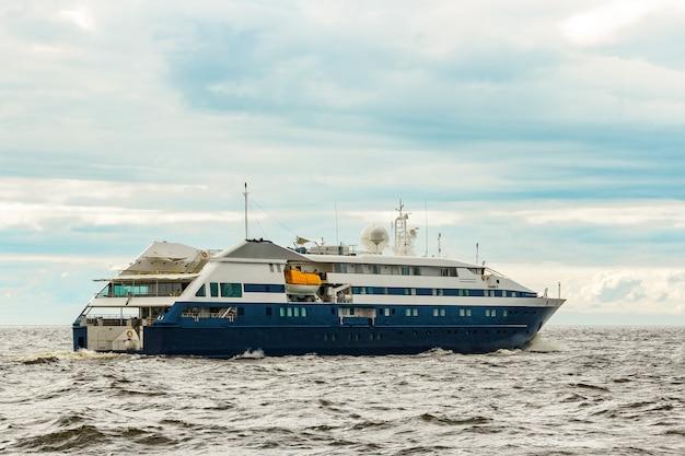 Navio de passageiros azul pequeno navegando no mar báltico. serviços de spa