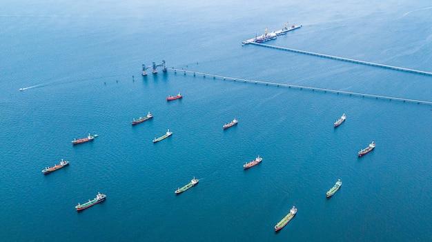 Navio de petroleiro do óleo da vista aérea e navio de petroleiro do gás que carrega na porta.