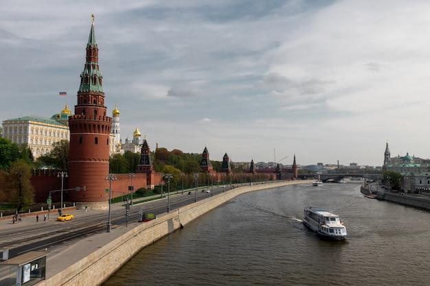 Navio de turismo navega no rio moskva após o kremlin de moscou, rússia