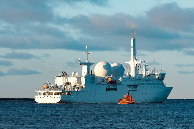 Navio do comandante militar branco navegando para o mar báltico