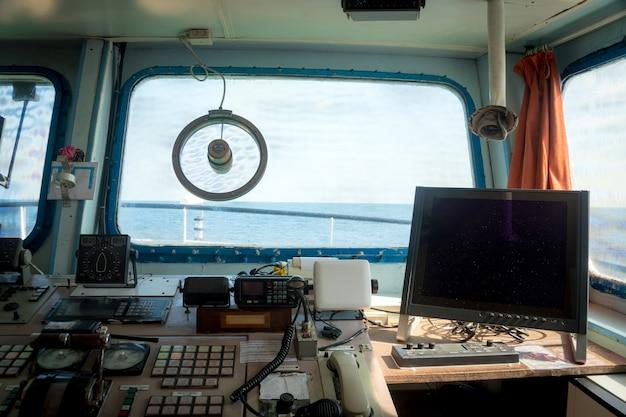 Navio fluvial de dispositivos, dentro da cabine do capitão.