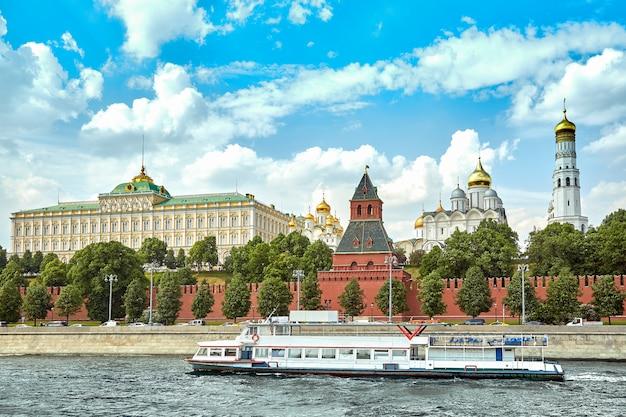 Navio fluvial em frente ao kremlin