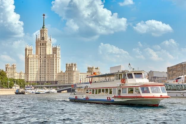 Navio fluvial na cidade