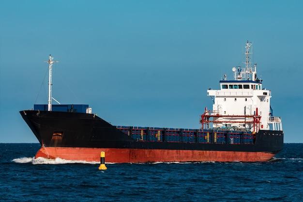 Navio graneleiro preto. logística e transporte de mercadorias