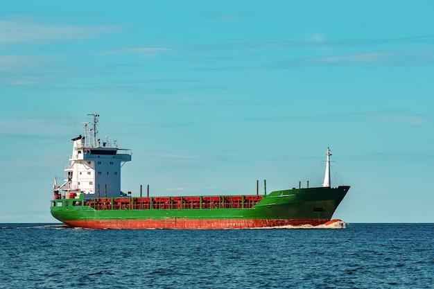 Navio graneleiro verde. logística e transporte de mercadorias