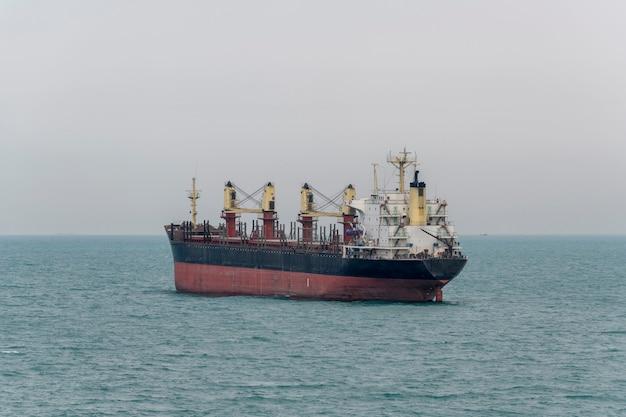 Navio graneleiro. vista da popa. bulker. navio de carga seca.