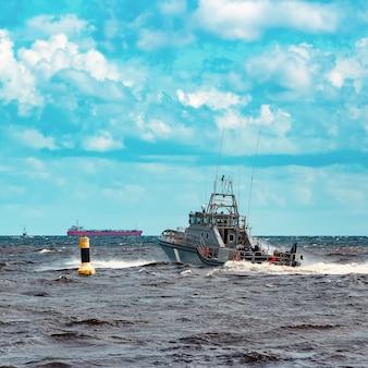 Navio militar cinza navegando no mar báltico. serviço de guarda de fronteira